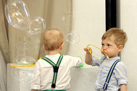 Шоу мыльниых пузырей на детский день роджения в Екатеринбурге в студии Артмезонин